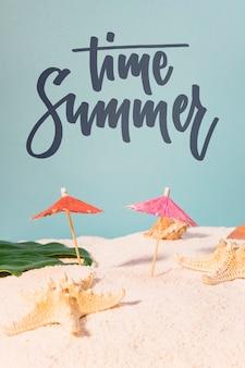 Carte d'été de lettrage avec des éléments de plage