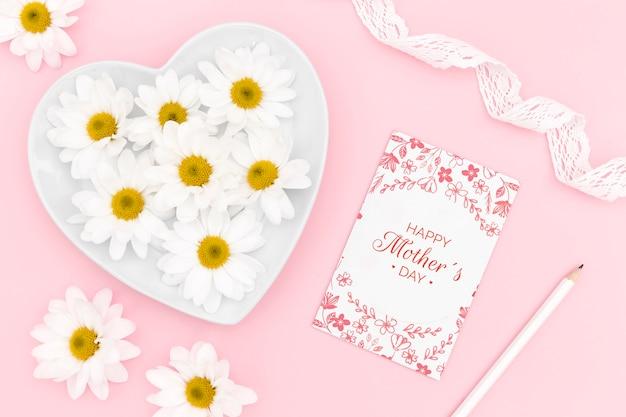Carte de fête des mères heureuse avec des fleurs de camomille