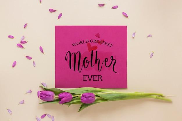 Carte de fête des mères maquette avec des fleurs
