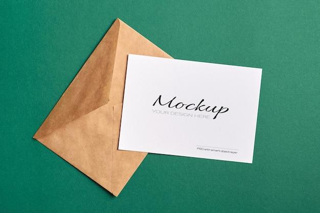Carte fixe avec maquette d'enveloppe sur papier de couleur verte