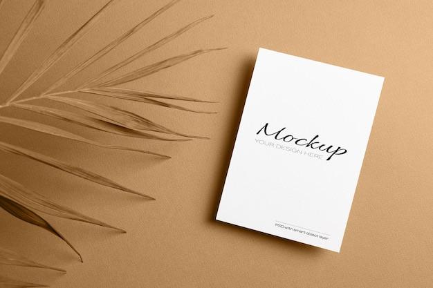 Carte d'invitation ou dépliant, maquette stationnaire avec feuille de palmier nature sèche