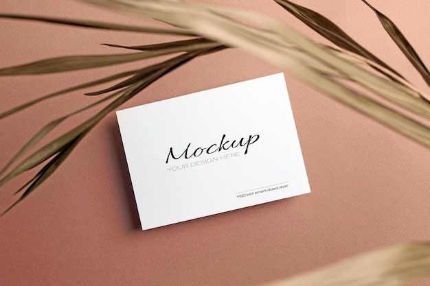 Carte d'invitation ou flyer, maquette stationnaire avec feuille de palmier nature sèche