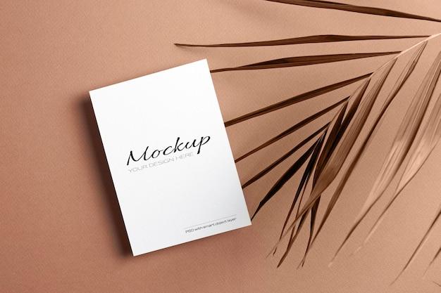 Carte d'invitation ou maquette de flyer avec feuille de palmier sèche