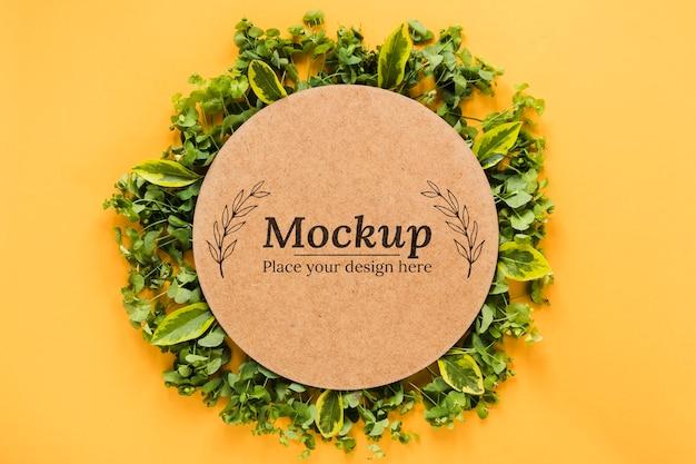 Carte maquette avec assortiment de feuilles