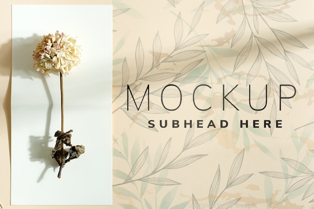 Carte de maquette d'invitation avec fleur sèche