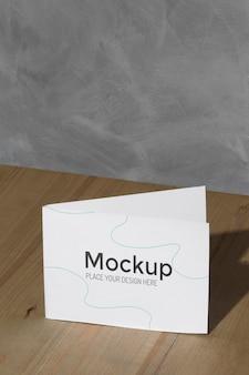 Carte maquette sur la table avec des ombres