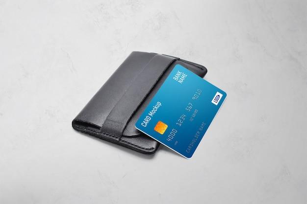 Carte en plastique sur une maquette de portefeuille