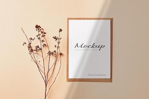 Carte postale et maquette d'invitation avec des brindilles et des ombres de plantes de nature sèche