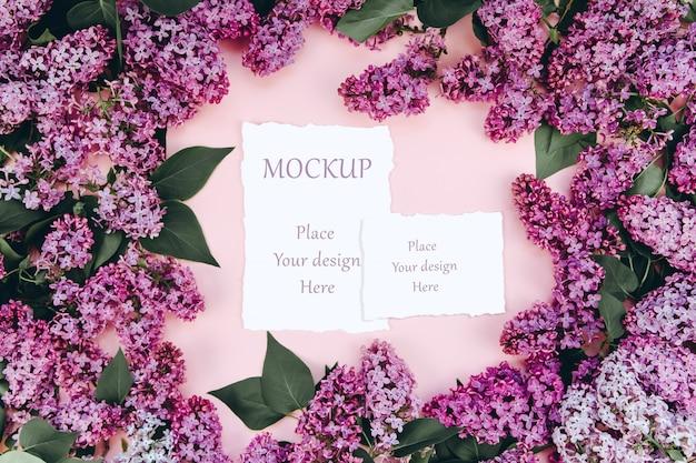 Carte postale de printemps maquette sur fond rose avec des branches lilas