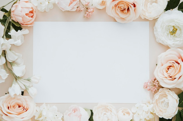 Carte vierge sur la maquette de modèle de fleurs