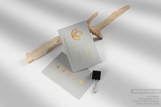 Carte de visite blanche de luxe sur le sol avec des brindilles