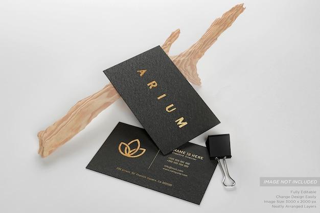 Carte de visite noire de luxe sur le sol avec des brindilles