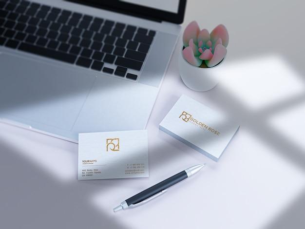 Carte de visite texturée de luxe sur maquette de papier blanc