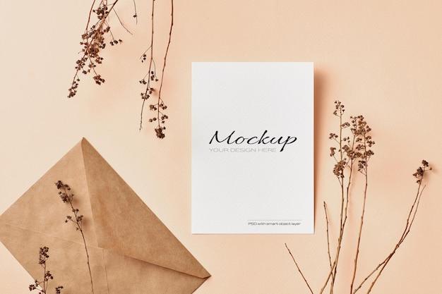 Carte de voeux ou maquette d'invitation avec des décorations de brindilles de plantes de nature sèche