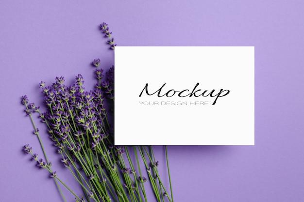 Carte de voeux ou maquette d'invitation avec des fleurs de lavande fraîches