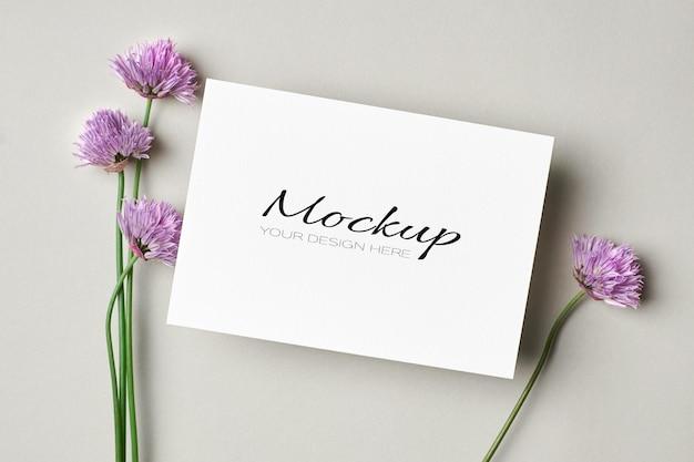 Carte de voeux ou maquette d'invitation avec des fleurs