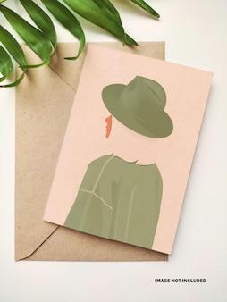 Carte de voeux verticale avec maquette d'enveloppe