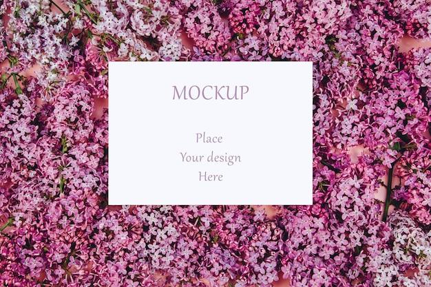 Cartes postales maquette sur un fond avec des branches de lilas en fleurs