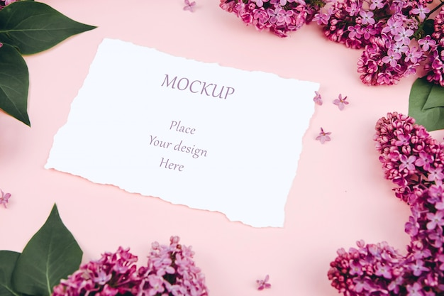 Cartes postales maquette sur fond rose avec des branches de lilas en fleurs