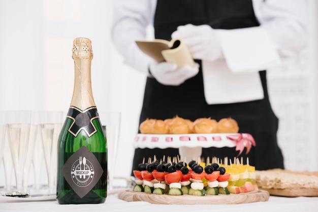 Champagne à côté de la restauration