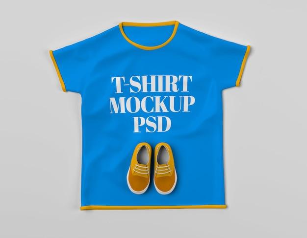 Chaussures pour enfants sur t-shirt avec maquette vue de face psd