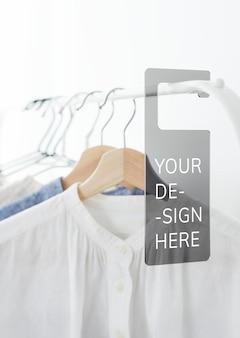 Chemise sur un portant à vêtements avec une maquette d'étiquette