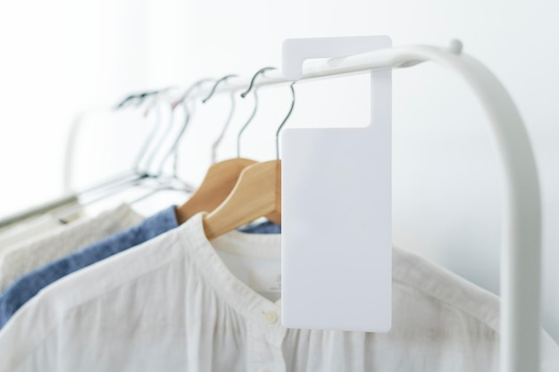 Chemises sur un portant avec une maquette d'étiquette dans un studio