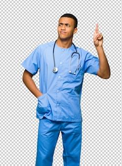 Chirurgien médecin avec les doigts qui se croisent et souhaitant le meilleur