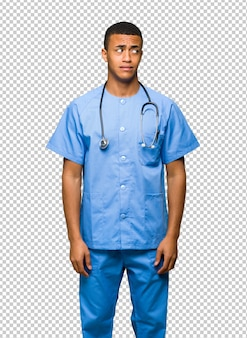 Chirurgien médecin est un peu nerveux et effrayé en appuyant sur les dents