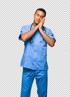 Chirurgien médecin homme faisant un geste du sommeil en expression dorable