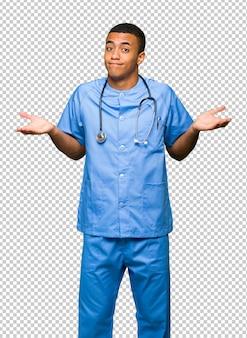 Chirurgien médecin homme fait un geste sans importance tout en soulevant les épaules