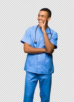 Chirurgien médecin homme pense à une idée tout en levant les yeux