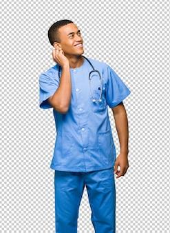 Chirurgien médecin homme pense à une idée tout en se gratter la tête