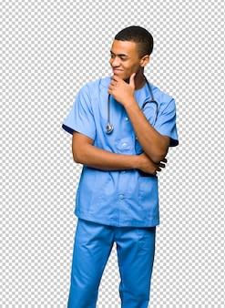 Chirurgien médecin homme regardant sur le côté avec la main sur le menton