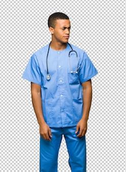 Chirurgien médecin homme se sentant contrarié