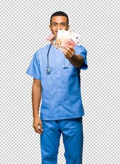 Chirurgien médecin prenant beaucoup d'argent