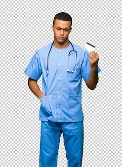 Chirurgien médecin prenant une carte de crédit sans argent