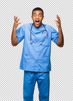 Chirurgien médecin avec surprise et expression faciale choquée