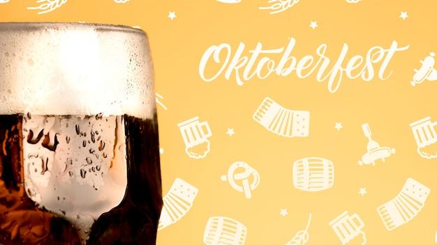 Chope de bière oktoberfest avec mousse