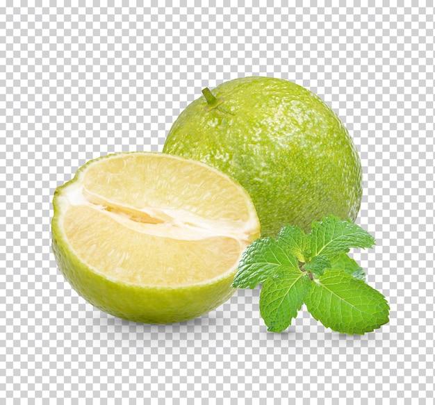 Citron vert frais avec des feuilles de menthe isolées