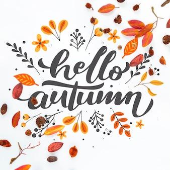 Close-up bonjour citation automne avec des feuilles séchées