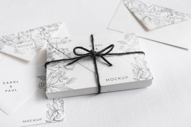 Close-up invitations de mariage élégantes avec maquette