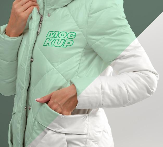 Close up modèle présentant la maquette de la veste