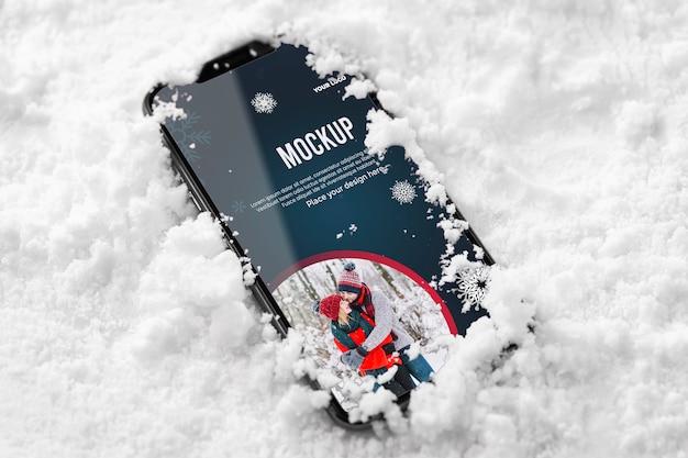 Close up smartphone dans la neige