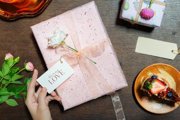 Coffret rose avec une maquette de carte