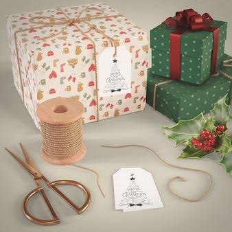 Collection de cadeaux emballés sur table