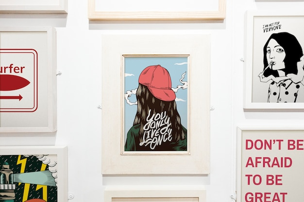 Collection d'œuvres d'art inspirantes sur un mur