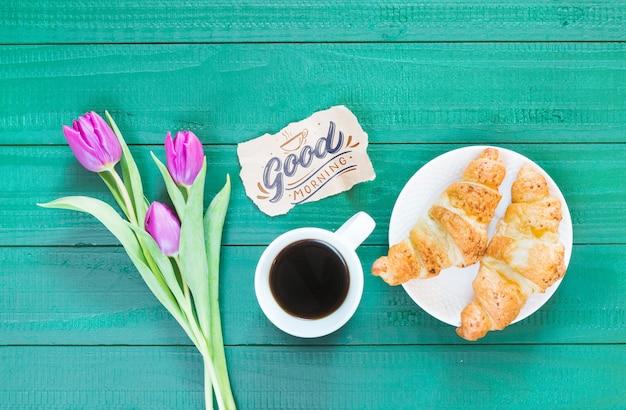 Collection de plats à plat de tasse à café à côté de fleurs