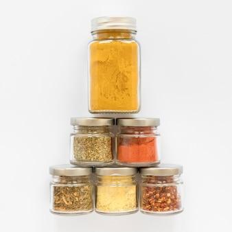 Collection de pots d'étiquetage avec des épices