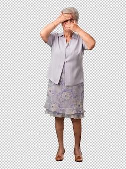 Complet, femme aînée, corps, regarder, par, a, fossé
